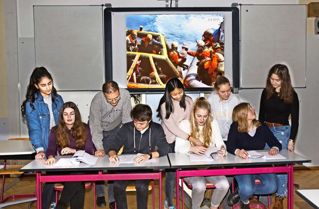 """Geprobt wird   im Klassenzimmer. An diesem Donnerstag trägt der Italienisch-Kurs des Freihof-Gymnasiums """"Ein Morgen vor Lampedusa"""" jedoch in der Mensa vor. Foto: Horst Rudel"""