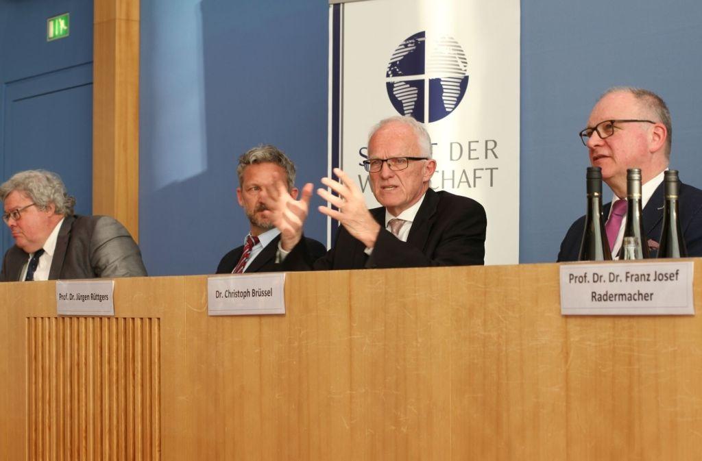 Der ehemalige Ministerpräsident von Nordrhein-Westfalen, Jürgen Rüttgers (Zweiter von rechts), zu Gast beim Senat der Wirtschaft. Foto: privat