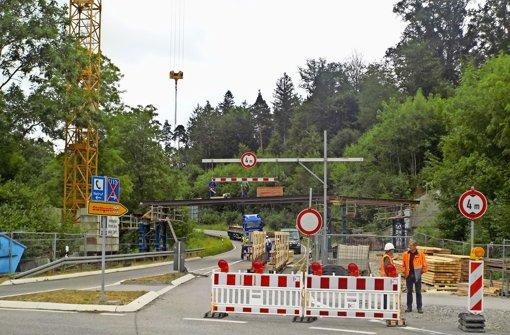 Das Traggerüst für die neue Brücke im Mahdental steht