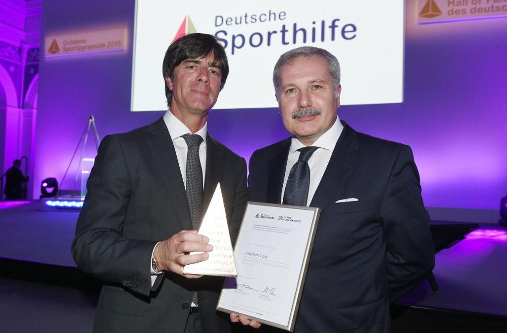 Joachim Löw und sein Berater Harun Arslan (r.) bei einer Preisverleihung Foto: GES