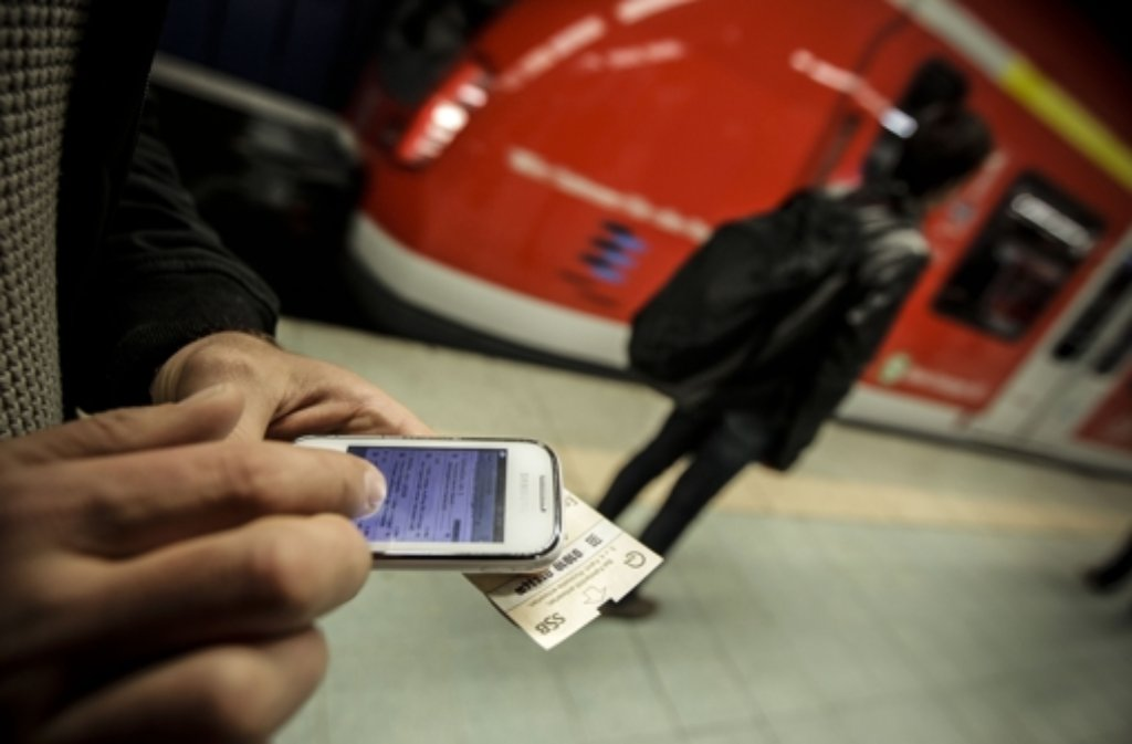 In zwei Bahnen der Linien S4, S5 und S6 haben die Fahrgäste seit Montag freien Zugang zum Wlan-Netz der S-Bahn. Foto: Lichtgut/Leif Piechowski