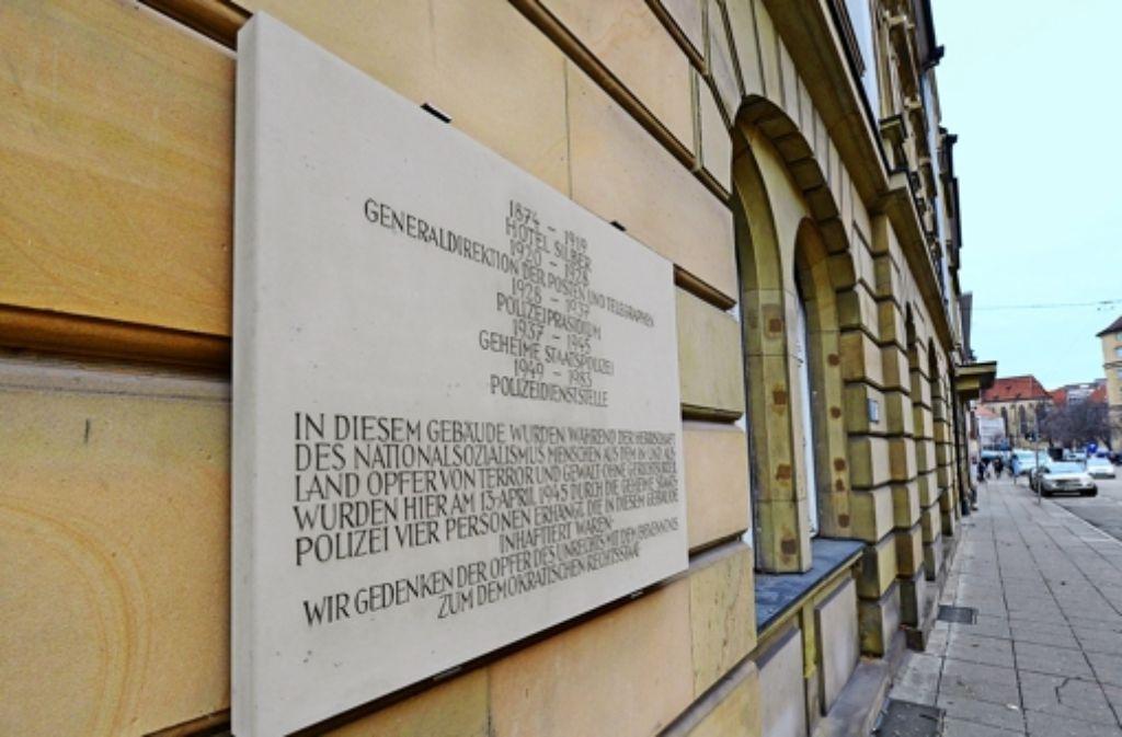 Noch erinnert nur eine Gedenktafel an die unheilvolle Geschichte des Hotel Silber an der Dorotheenstraße. Foto: dpa