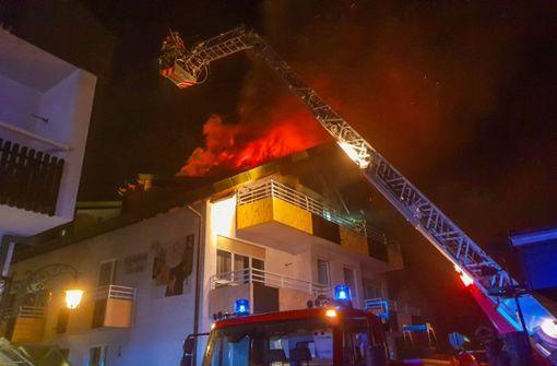 Flammen schlagen meterhoch aus Dachwohnung