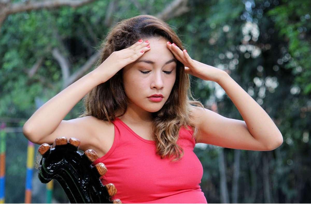 Wetterfühlige Menschen können von großen Temperaturschwankungen Kopfschmerzen bekommen. Foto: imago images/dtiberio