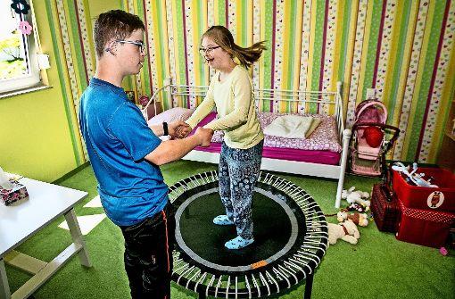 Viel Freude bereitet den beiden Geschwistern  das eigene Trampolin. Foto: Horst Rudel