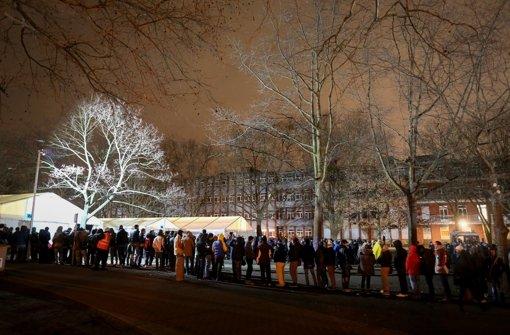 Vor der Lageso in Berlin stehen weiter die Menschen in Schlangen. Foto: dpa