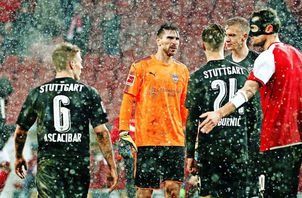 Die erfahrenen VfB-Akteure Holger Badstuber (re.), Christian Gentner (2. v. re.) und Ron-Robert Zieler (2. v. li.) waren in Mainz kaum eine Stütze der Talente. Foto: Pressefoto Baumann