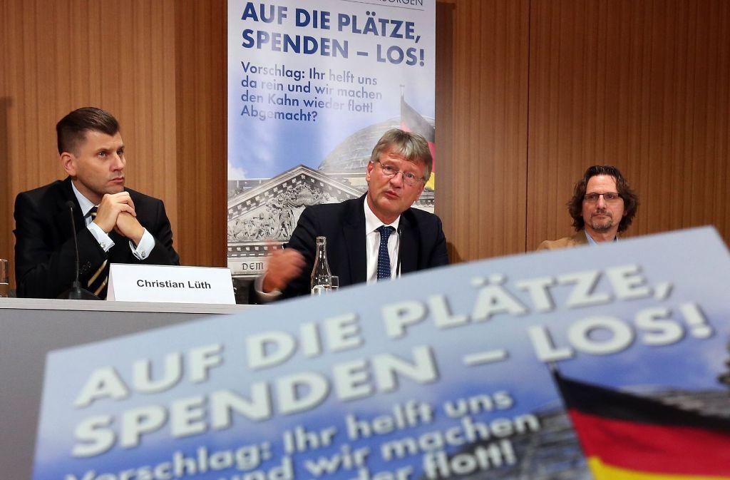 Jörg Meuthen (Mitte) wollte über eine Spendenkampagne für die AfD reden, musste aber erklären, wie dich die AfD gegen das rechte Spektrum abgrenzen will. Foto: dpa