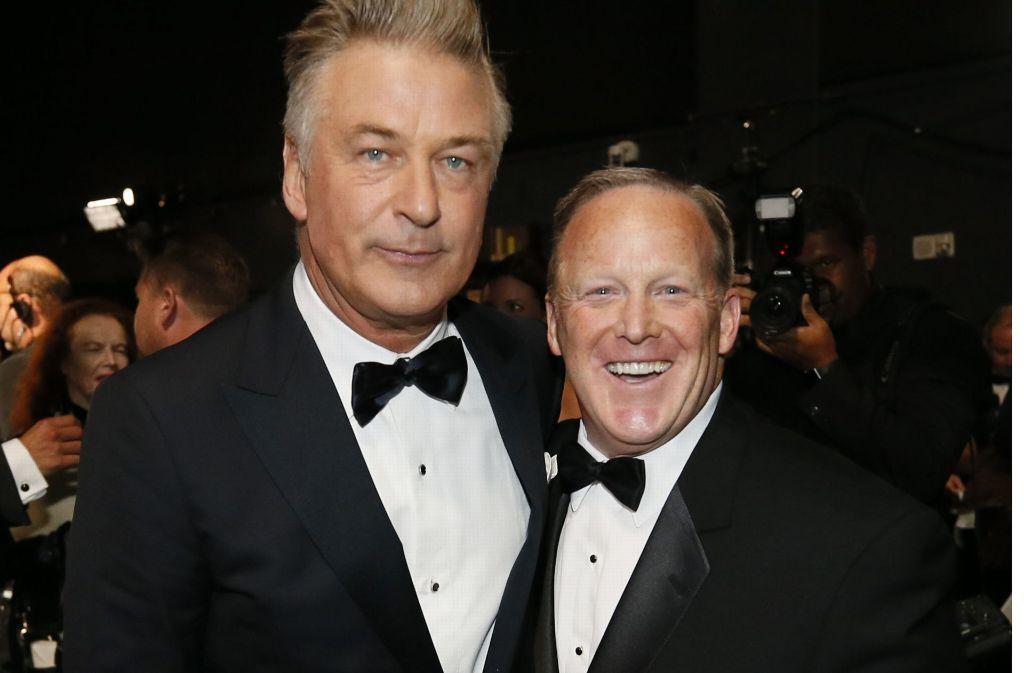 Alec Baldwin (links) mit Sean Spicer, Donald Trumps ehemaligen Presseprecher. Foto: Invision