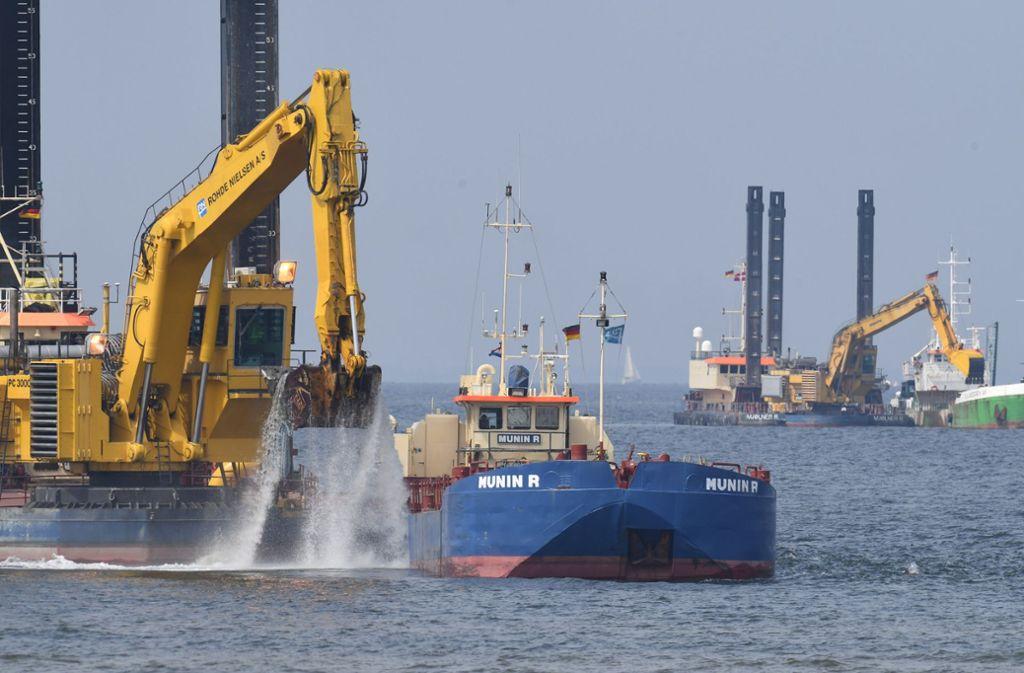 Die Bagger arbeiten im Greifswalder Bodden am Unterwassergraben der neuen Ostseepipeline Nord Stream 2. Foto: dpa