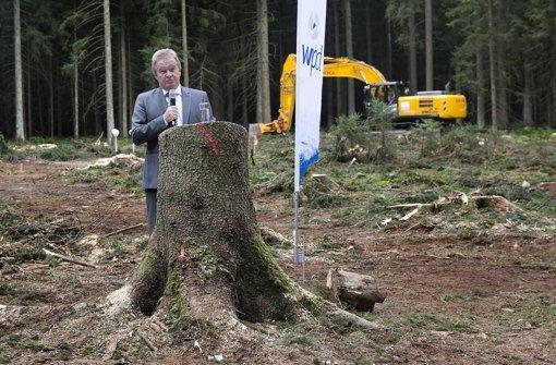 Beim Spatenstich für 16 Windräder in Lauterstein im September 2015 hat der grüne Umweltminister Franz Untersteller auf einer abgeholzten Waldfläche die Vorteile der Windkraft gepriesen Foto: Horst Rudel