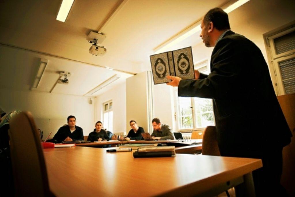 Der arabische Professor Omar Hamdan spricht zu seinen Studenten. Foto: Heinz Heiss