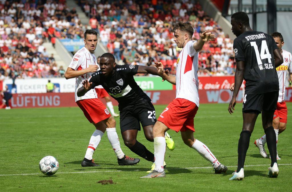 Szene aus dem Hinspiel: Der VfB siegte in Regensburg mit 3:2. Foto: Baumann