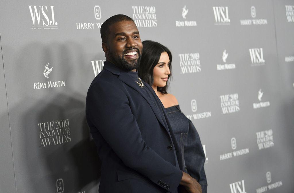 Ganz in schwarz präsentierten sich Kanye West und Kim Kardashian den Fotografen. Foto: dpa/Evan Agostini