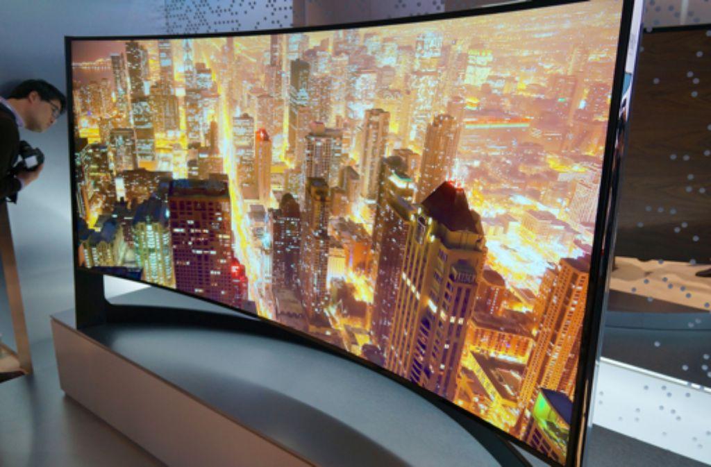 Auf der Consumer Electronics Show in Las Vegas waren sie in diesem Jahr der Hingucker an den Ständen der beiden südkoreanischen Hersteller Samsung und LG: die gebogenen Fernseher. Foto: Frank Feil