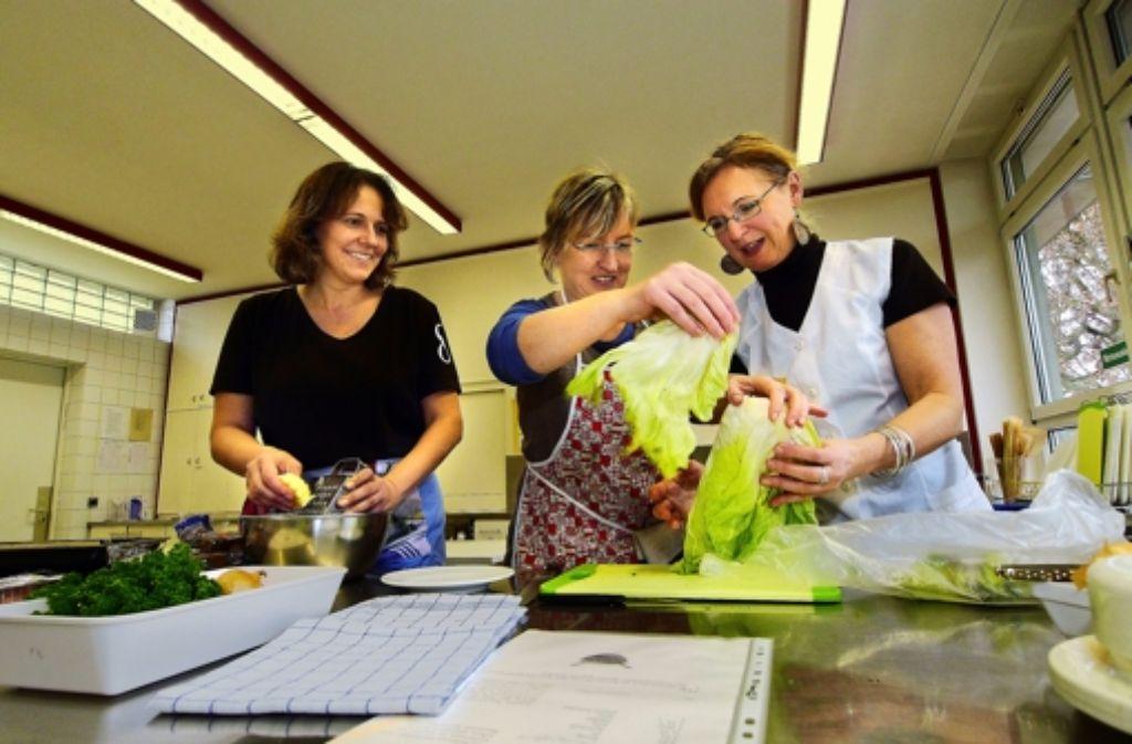 Petra Sigle und Andrea Wildermuth lernen bei  Ingrid Vogt (von links). Foto: factum/Weise