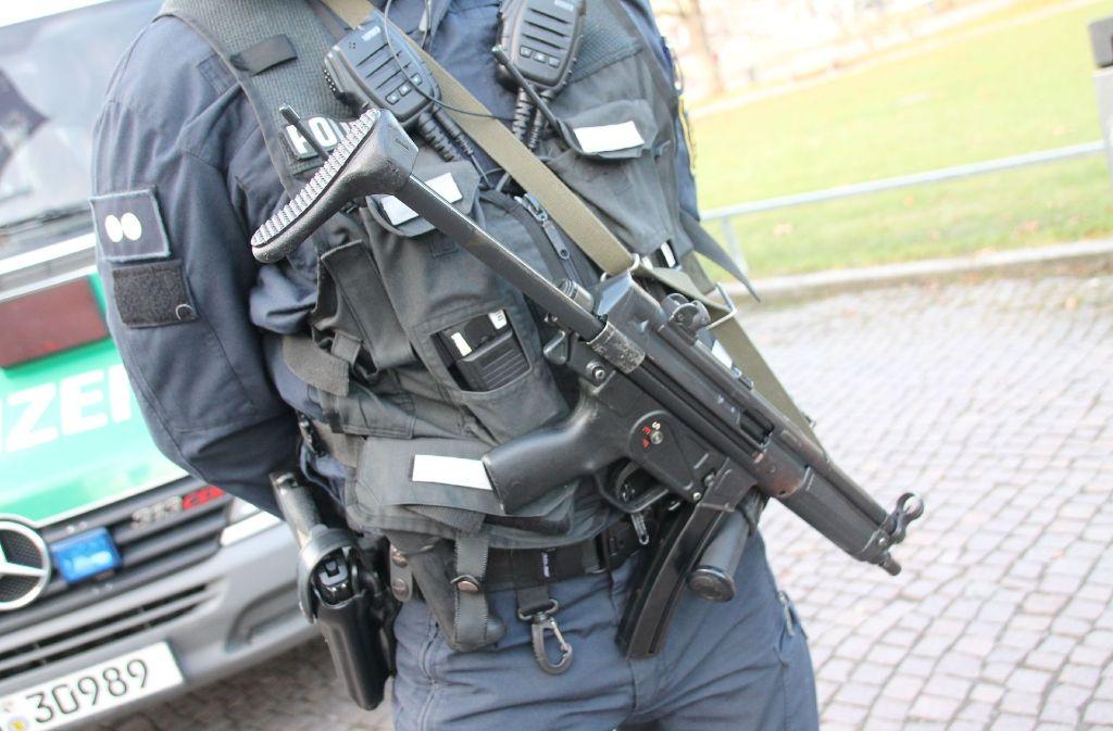 Nach dem Anschlag auf einen Berliner Weihnachtsmarkt ist die Polizei mit mehr Einsatzkräften beim Stuttgarter Markt präsent. Foto: SDMG