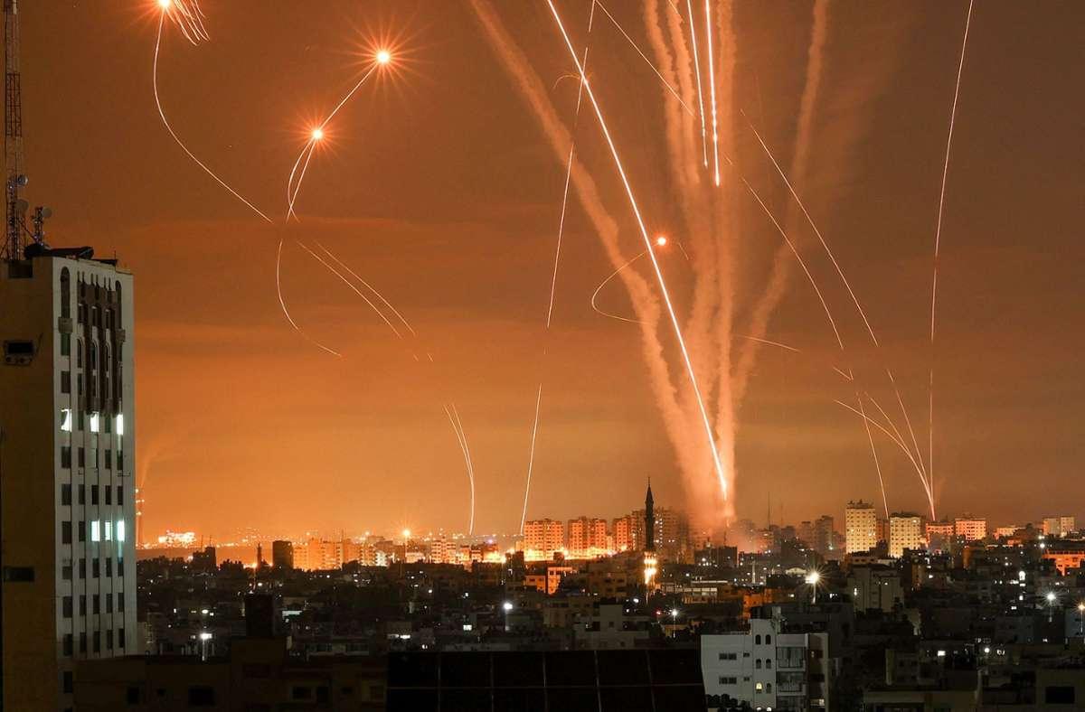 Über der dicht besiedelten Stadt Gaza stiegen Freitagnacht Feuerbälle auf. Foto: AFP/MOHAMMED ABED