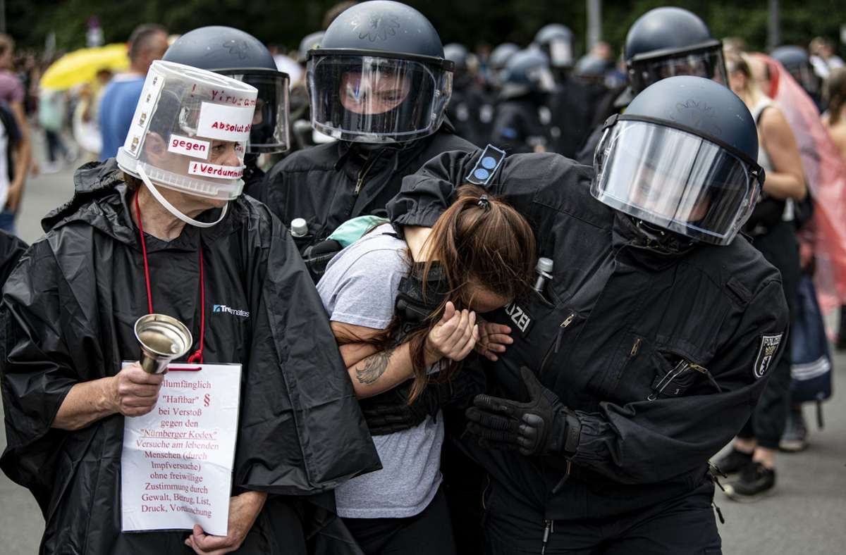 Die Polizei nahm mehrere Menschen bei der nicht genehmigten Demo in Berlin fest. Foto: dpa/Fabian Sommer