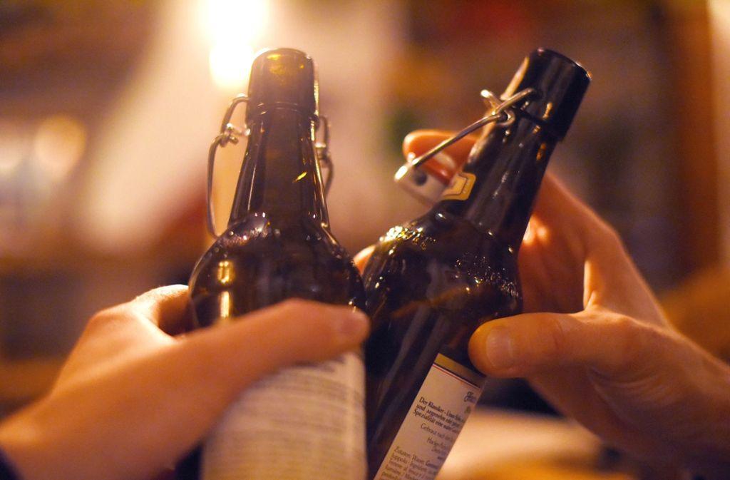 Trinken in geselliger Runde sorgt bei vielen für gute Laune. Doch wer regelmäßig viel trinkt, ist häufiger krank als andere. Foto: Angelika Warmuth/dpa