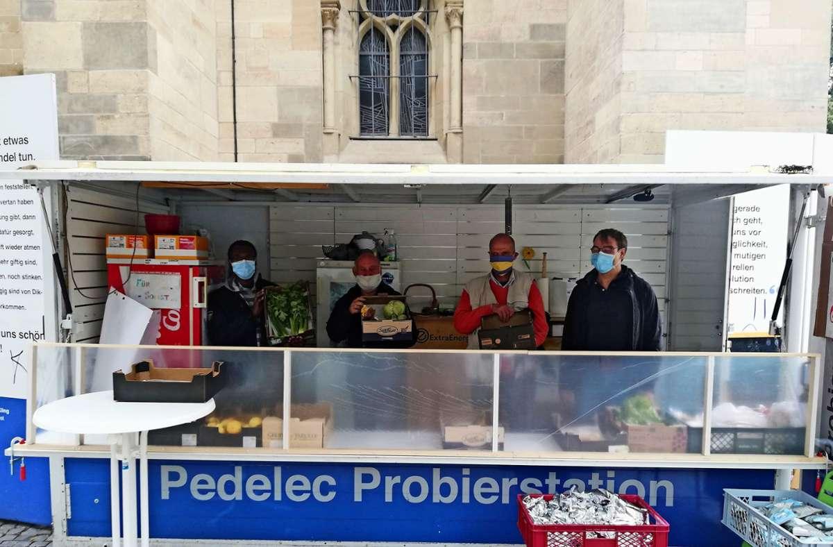 Die Ehrenamtlichen verteilen  vor Sankt Maria Lebensmittel  an Bedürftige. Foto: / Rehman