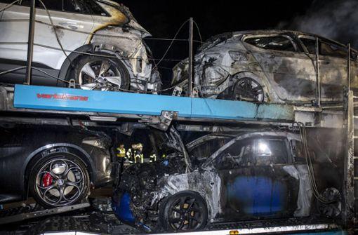 Autotransporter auf Autobahn in Flammen