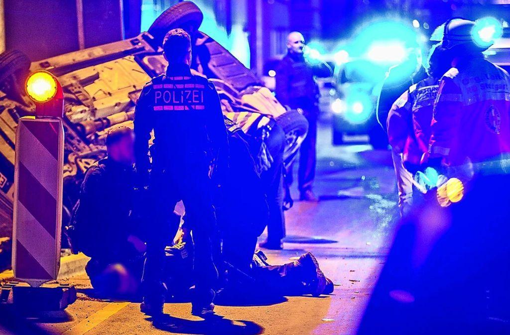 Polizisten ringen im Februar 2017 in der Willy-Brandt-Straße einen Raucher zu Boden – eine Aktion mit Nachspiel. Foto: 7aktuell/Simon Adomat
