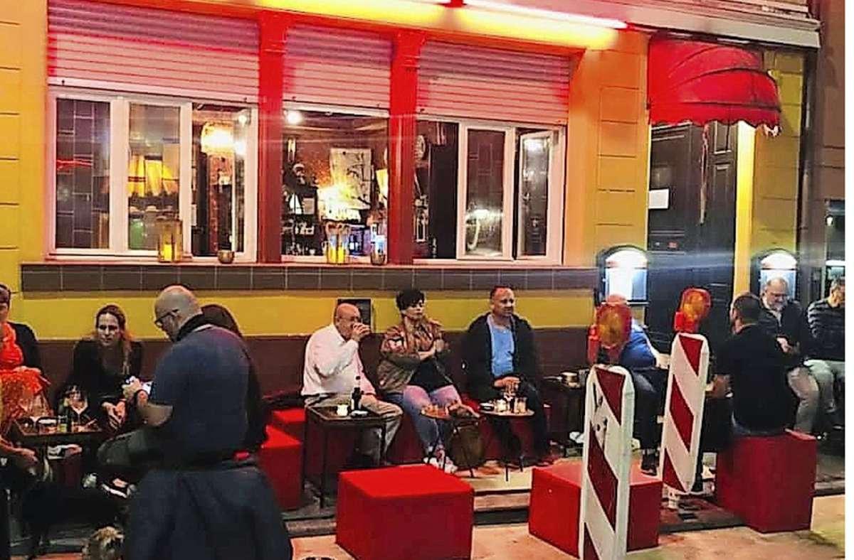 In der Altstadt verwandelt sich abends die Baustelle zu einer Barterrasse (wie hier bei der Uhu-Bar). Foto: Kacijan