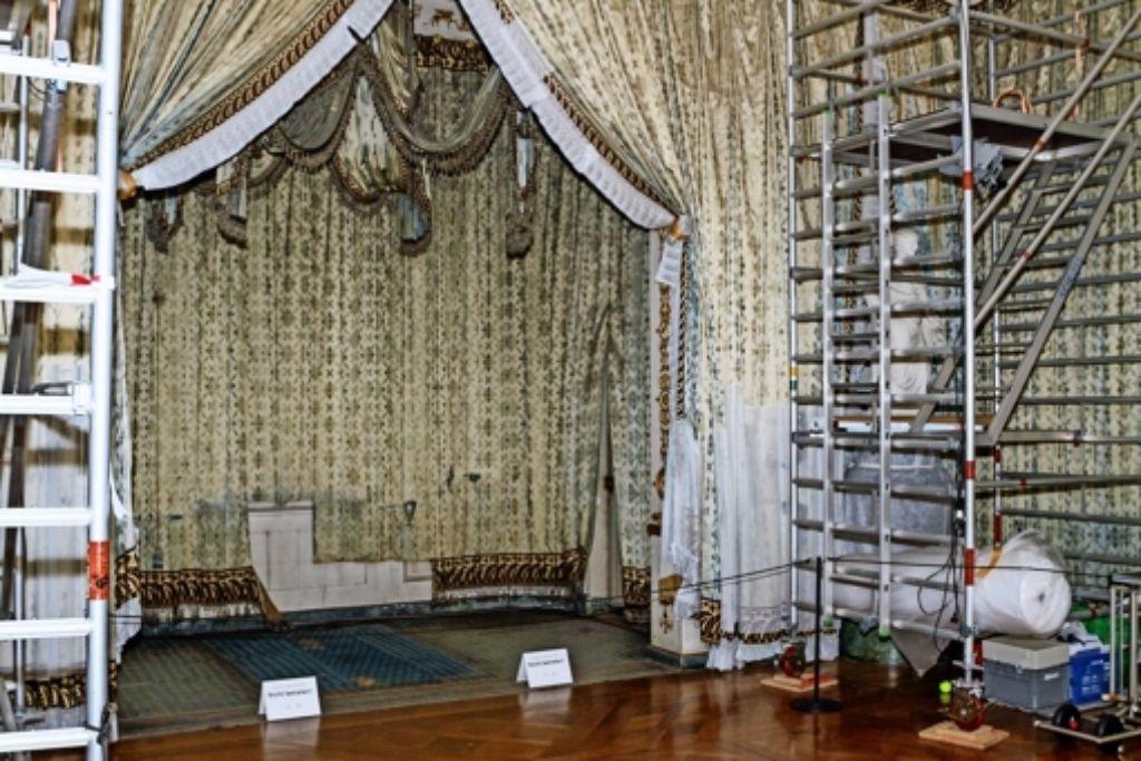 Der Baldachin im Zeltzimmer König Friedrichs I hängt dort seit über 200 Jahren. Kein Wunder, dass er eingestaubt ist. Foto: factum/Bach