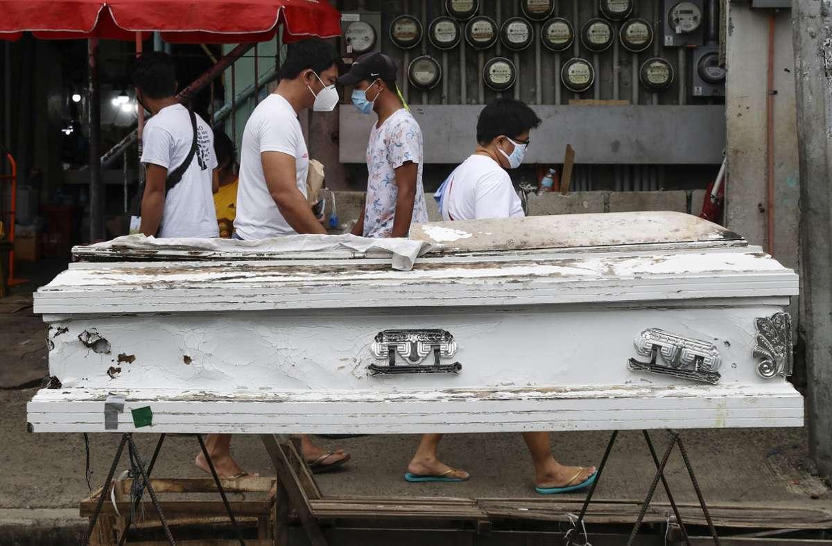 In Manila ließ die Regierung leere Särge aufbauen, um die Bewohner daran zu erinnern, zu Hause zu bleiben. Foto: dpa/Aaron Favila