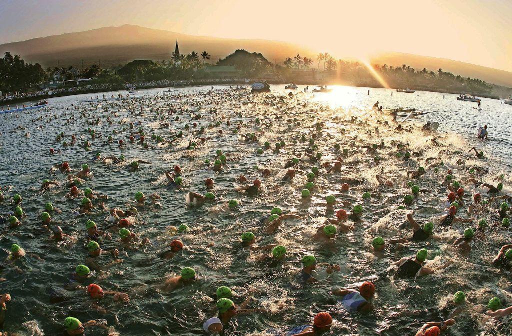 Beim legendären Ironman auf Hawaii stürzen sich die Sportler ins Meer. In Sindelfingen dürfen sie im Freibad ihre Bahnen ziehen. Foto: dpa