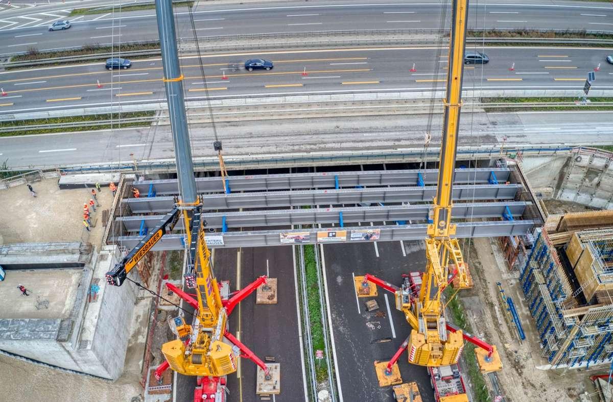 Zwei Krane heben 60 Tonnen schwere Brückenträger über die B 313. Foto: DB/Arnim Kilgus