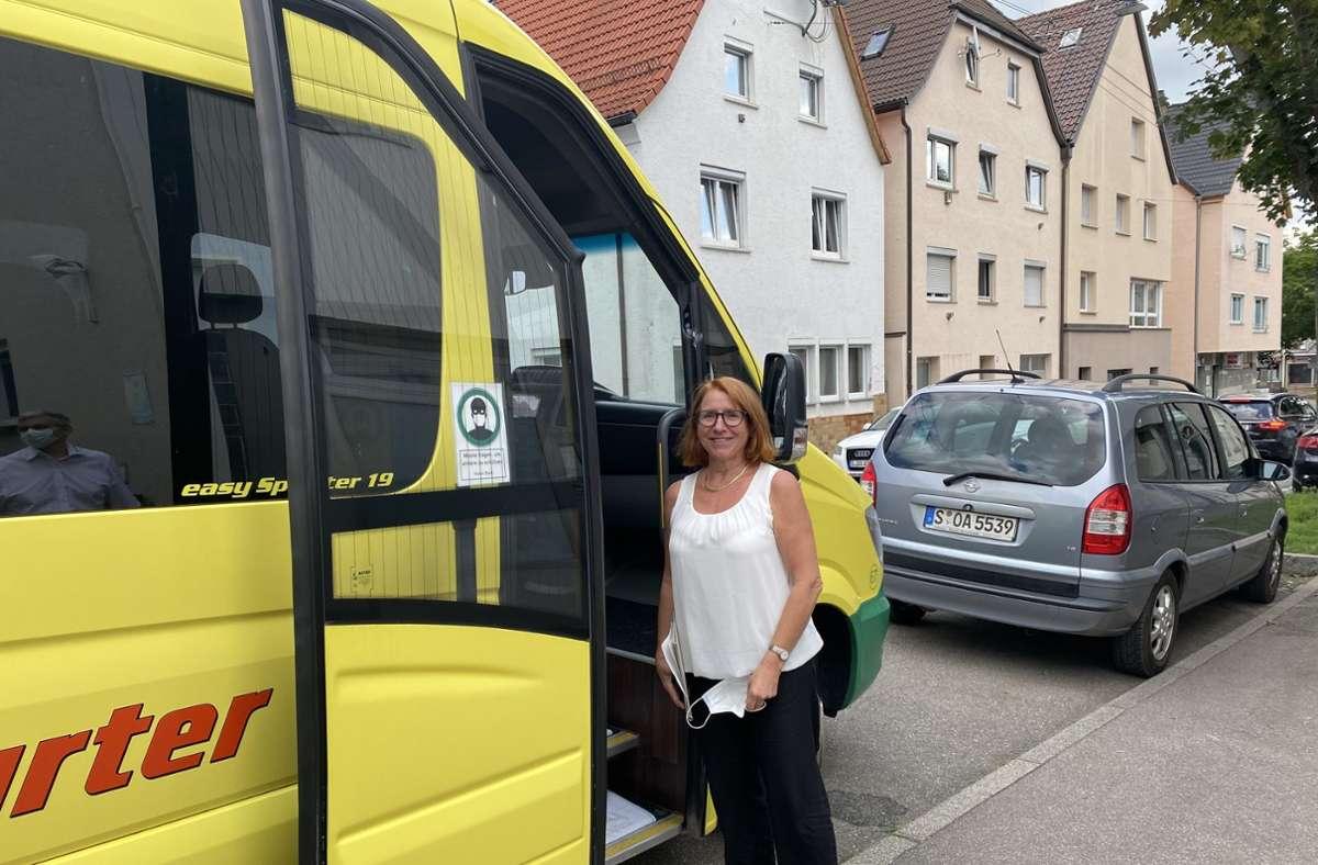Bezirksvorsteherin Susanne Korge hofft, dass viele den Bus nutzen. Foto: (cf)/Sabine Retter