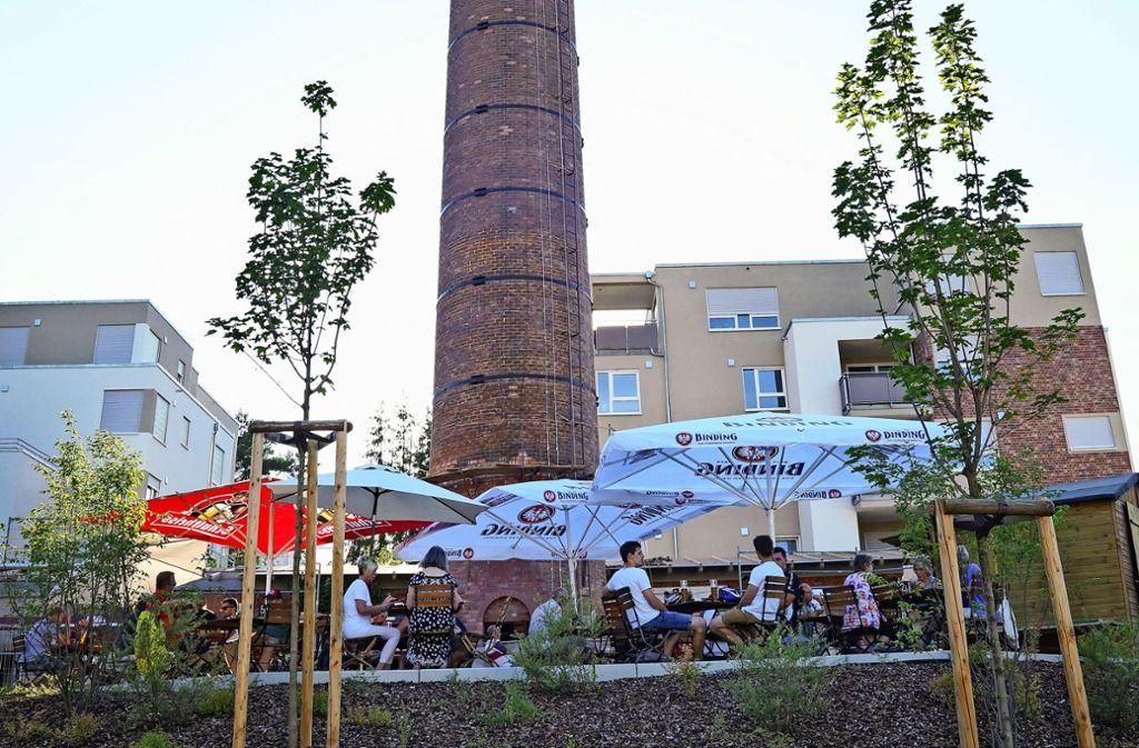 Im neuen Tälesbräu-Biergarten in Weissach sitzt man im Schatten eines stillgelegten Fabrikschornsteins. Foto: Edgar Layher