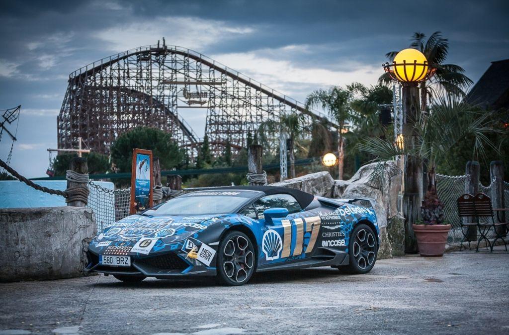 Ein Lamborghini vor der Holzachterbahn im Europa Park. Foto: Europa Park