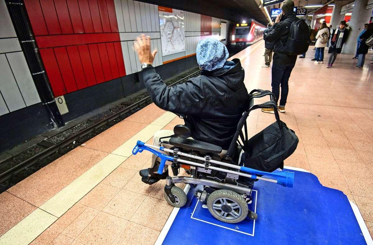 So signalisieren Rollstuhlfahrer  dem S-Bahn-Schaffner, dass sie eine Rampe zum Einsteigen brauchen. Das soll bald Geschichte sein. Foto: dpa/Marijan Murat