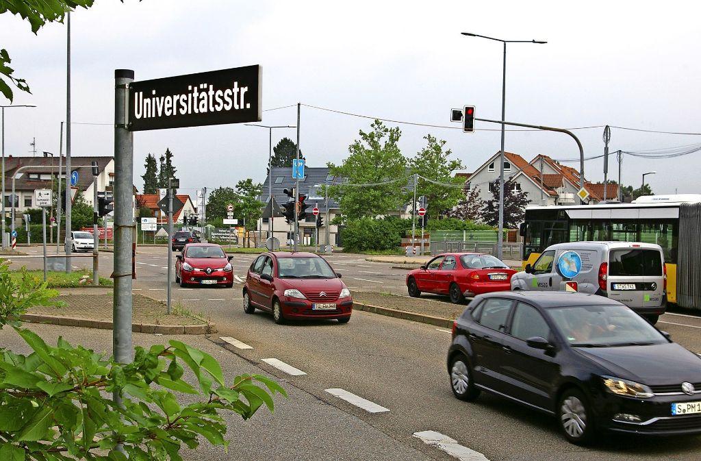 Wegen parkender Lastwagen staut sich der Verkehr an der Universitätsstraße teils bis auf die   Betteleichenkreuzung und die B14 zurück. Foto: Alexandra Kratz