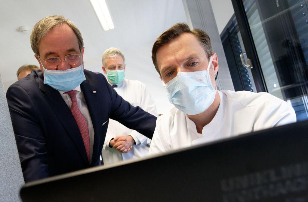 """Armin Laschet nimmt das Wort """"Mundschutz"""" mehr als wörtlich. Foto: dpa/Henning Kaiser"""