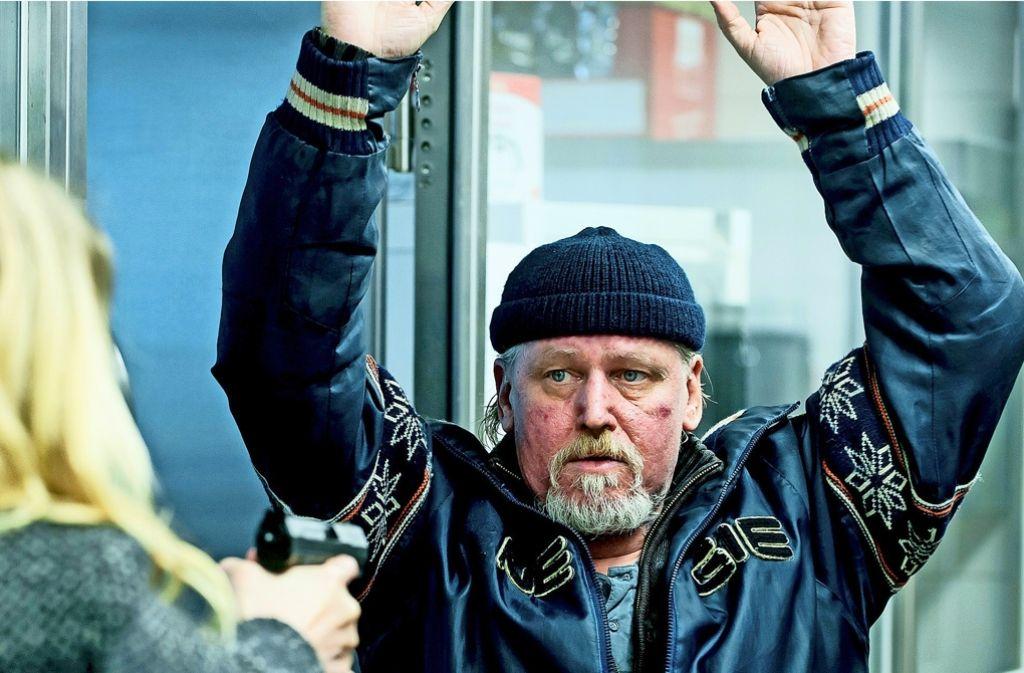 Der ehemals Obdachlose Hansi ergibt sich Kommissarin Sieland. Foto: MDR