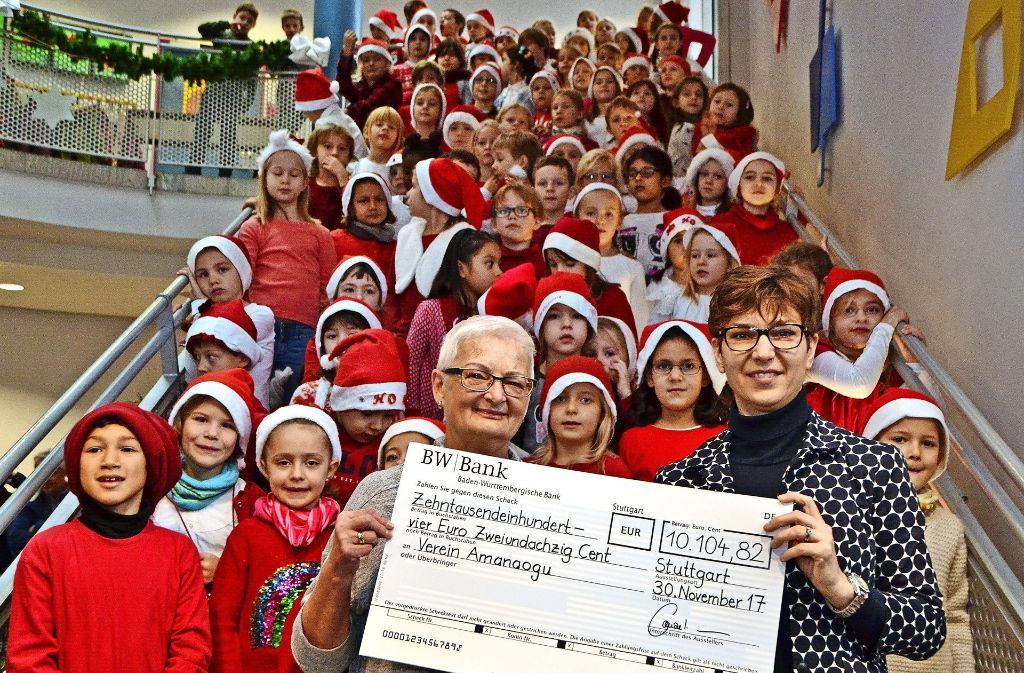 Im Rahmen des Weihnachtsmarktes überreichte Schulleiterin Katja Conzelmann (rechts) den Spendenscheck an Gudrun Rohde vom Verein Amanaogu. Foto: Fatma Tetik