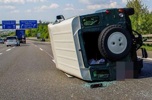 Jeep überschlägt sich – Lkw begeht Fahrerflucht