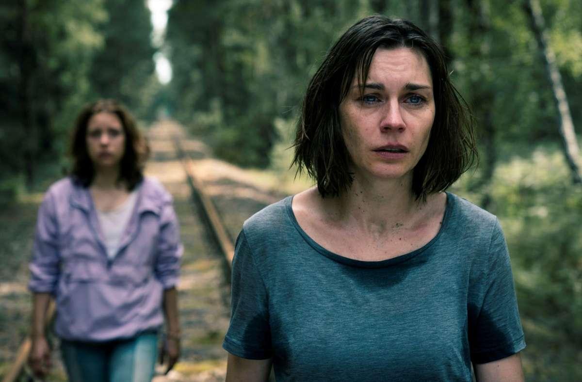 """Warten auf den Meteor: Christiane Paul (vorne) mit Anna Lena Klenke in """"8 Tage""""Foto:Stephan Rabold, Neuesuper Foto:"""