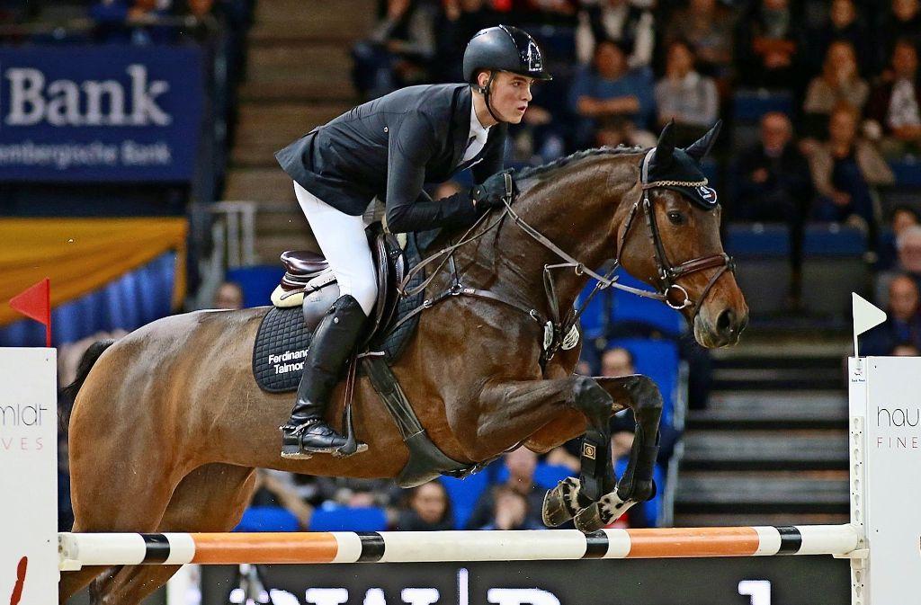 Ferdinand  Talmon holt sich mit Chambertine  in der Schleyer-Halle auf dem sechsten Rang eine Siegerschleife ab. Foto: Olav Krenz