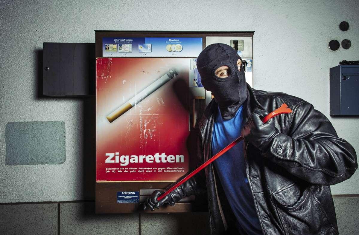 Die Unbekannten brachen einen Zigarettenautomaten in Bad Cannstatt auf. (Symbolbild) Foto: imago/Future Image/imago stock&people