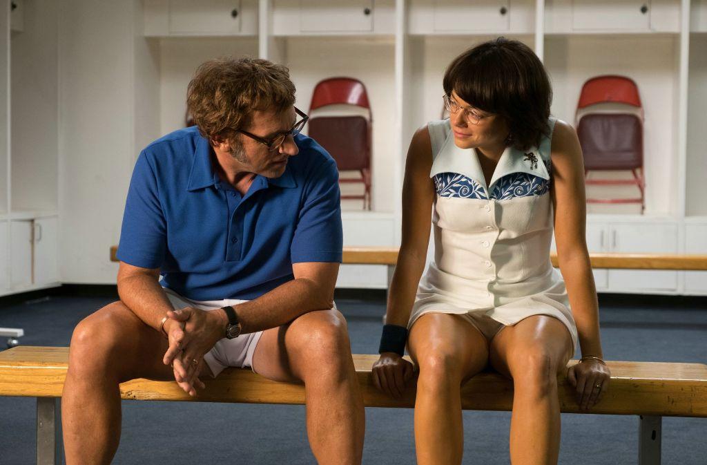 Kampf der Geschlechter: Emma Stone spielt die Tennis-Legende Billie Jean King, die in einem Schaukampf gegen den ehemaligen Champion  Bobby Riggs – dargestellt von Steve Carell – antritt. Foto: dpa