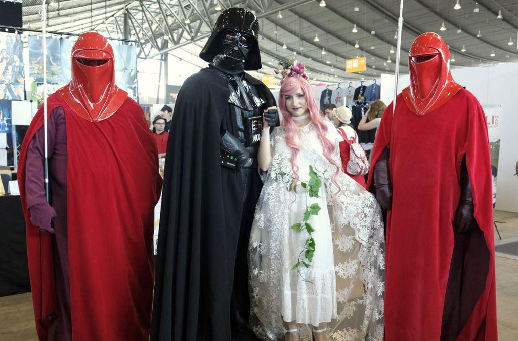 Darth Vaider umgeben von anderen Comicwesen: Besonders Figuren aus dem Star-Wars-Universum drücken der Messe ihren Stempel auf. Foto: Lichtgut/Michael Latz