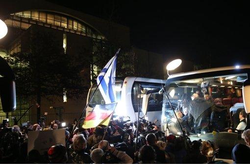 Der  Bus mit den Flüchtlingen aus Landshut vor dem Kanzleramt in Berlin. Foto: dpa