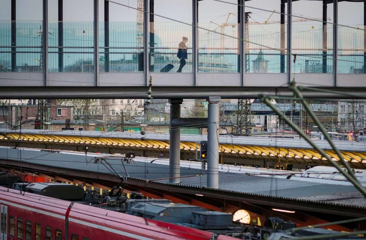 Am Ulmer Hauptbahnhof sprang ein Mann auf einen abfahrenden Zug auf. (Symbolbild) Foto: imago/Jürgen Ritter