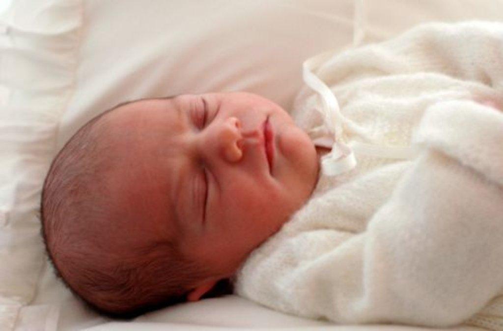 Wovon Baby Estelle wohl gerade träumt? Das schwedische Königshaus hat die ersten Bilder seiner jüngsten Prinzessin und künftigen Thronfolgerin veröffentlicht. Foto: dpa
