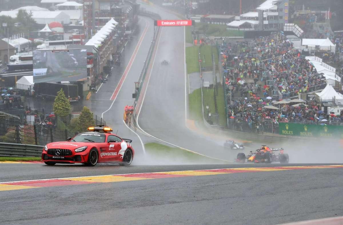 Nach drei Runden hinter dem Safety-Car von Bernd Mayländer war Max Verstappen (re.) der Sieger des verregneten Rennens in Spa-Francorchamps. Foto: dpa/Benoit Doppagne